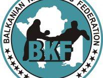 Ясен е съставът на Бълагрска конфедерация по кикбокс и муай тай за участие в предстоящото Балканско първенство в Черна Гора От 22 до 24 Септември в Черна Гора ще се проведе тазгодишното издание на Балканското първенство по кикбокс. Проявата е в стиловете лоу кик и киклайт за юноши и девойки старша възраст, мъже и жени. Дванадесет състезателя от седем спортни клуба на Конфедерацията ще вземат участие в състезанието под ръководството на Миодраг Йотич и националния треньор в стил лоу кик и К-1 Красимир Колев, като помощник-треньор на гарнитурата и тази година ще работи Доброслав Добрев, а част от състезателите ще бъдат придружени от личните си треньори. Съдия на шампионата от наша страна е Продан Йовчев.  Ето и състезателите, които ще вземат участие в Балканското първенство: Полина Галинова, Анелия Димитрова, Християн Кънчев, Димитър Пенчев, Стоян Петков, Харис Клеантус, Михаил Николов, Иван Иванов, Огнян Мирчев, Станислав Цанов, Владимир Стоянов и Тодор Христов.